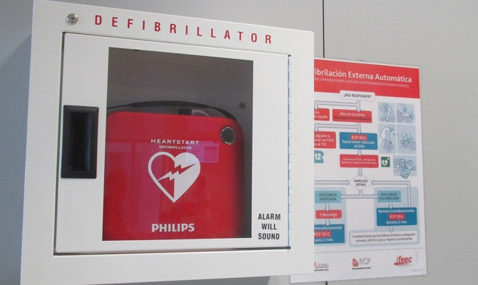 El hospital Francesc de Borja de Gandia instala un desfibrilador en la entrada principal - Saforguia.com
